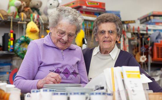 Foto: Portrait von zwei Seniorinnen in der Kleiderkammer