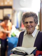 Foto: Eine Seniorin in einer Kleiderkammer